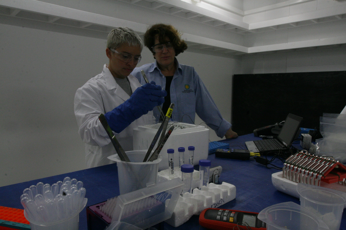 Virginia Carter with Mary Hagedorn in lab